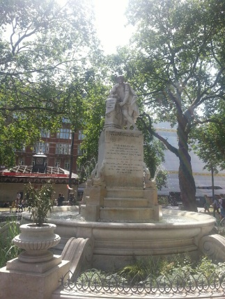Shakespeare looking right at home in the bustle of Leicester Square